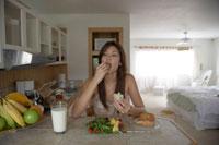 朝食を食べている女性