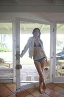 水着を着て立っている女性 24010000093| 写真素材・ストックフォト・画像・イラスト素材|アマナイメージズ