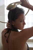 水着を着てシャワーを浴びている女性