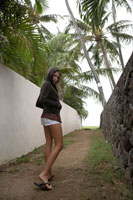 リゾート地を散歩している女性 24010000160| 写真素材・ストックフォト・画像・イラスト素材|アマナイメージズ
