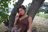 木の元で休んでいる女性