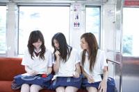 電車で勉強する女子高生
