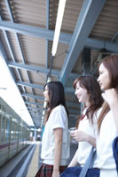 電車に乗込む女子高生3人