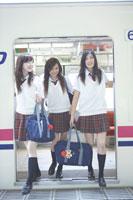 電車から降りる女子高生3人