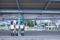 電車を待つ女子高生3人