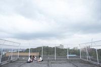 屋上で弁当を食べる女子高生3人 24010000216| 写真素材・ストックフォト・画像・イラスト素材|アマナイメージズ