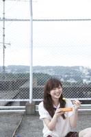 屋上でお弁当を食べる女子高生