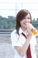 屋上でお茶を飲む女子高生