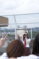 屋上で写真撮影する女子高生