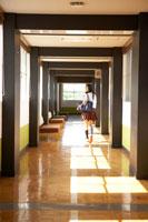 廊下を歩く女子高生の背中