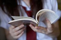 階段で読書する女子高生の手元