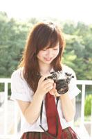 カメラを手にする女子高生