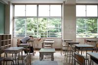 教室で勉強する女子高生