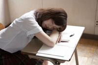 教室で昼寝する女子高生