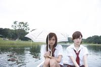 ボートに座る女子高生2人