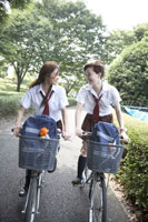 自転車に乗る女子高生2人