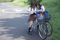 地図を見る女子高生2人