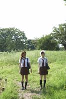 自然の中でたたずむ女子高生2人