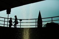 イタリアの街を散歩する女性