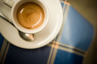 カフェのテーブルに置かれたカプチーノ 24011000078| 写真素材・ストックフォト・画像・イラスト素材|アマナイメージズ