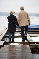 ボートデックを手を繋いで歩くシニアカップル