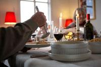 料理をお皿に取る老人の手