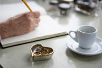 ノートを書くために外した結婚指輪 24012000127  写真素材・ストックフォト・画像・イラスト素材 アマナイメージズ