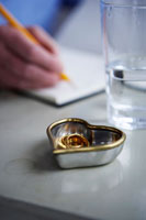 ノートを書くために外した結婚指輪
