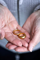 手に乗せた二つの結婚指輪 24012000144  写真素材・ストックフォト・画像・イラスト素材 アマナイメージズ