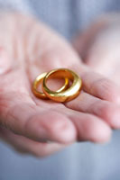 手に乗せた二つの結婚指輪 24012000145  写真素材・ストックフォト・画像・イラスト素材 アマナイメージズ