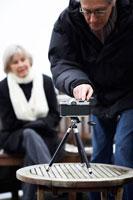 セルフタイマーで記念写真を撮るシニア夫婦