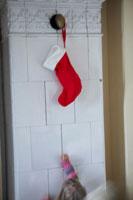 クリスマスの飾りに手を伸ばす女の子