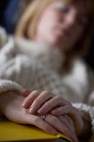 ソファーで寝ている女性 24012000258| 写真素材・ストックフォト・画像・イラスト素材|アマナイメージズ