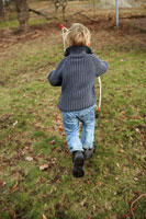 弓矢のおもちゃで遊ぶ男の子 24012000269| 写真素材・ストックフォト・画像・イラスト素材|アマナイメージズ