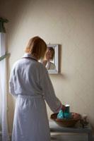 バスルームに立つお母さん 24012000274| 写真素材・ストックフォト・画像・イラスト素材|アマナイメージズ