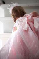 プリンセスのコスチュームを着た女の子 24012000340A| 写真素材・ストックフォト・画像・イラスト素材|アマナイメージズ