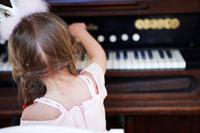 プリンセスのコスチュームでピアノに触れる娘 24012000349| 写真素材・ストックフォト・画像・イラスト素材|アマナイメージズ
