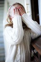 かくれんぼで数える女の子 24012000356| 写真素材・ストックフォト・画像・イラスト素材|アマナイメージズ