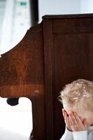 かくれんぼで数える男の子 24012000357| 写真素材・ストックフォト・画像・イラスト素材|アマナイメージズ