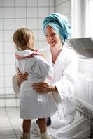 バスルームにいるお母さんと娘 24012000361  写真素材・ストックフォト・画像・イラスト素材 アマナイメージズ