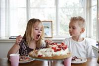 女の子にケーキを食べさせる男の子