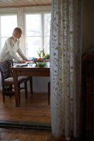 テーブルのセッティングをする女性 24012000402| 写真素材・ストックフォト・画像・イラスト素材|アマナイメージズ