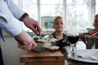 ステーキを切る男性の手