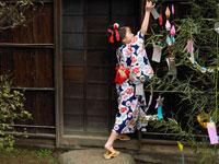笹に短冊をつるす浴衣姿の女の子 24013000126| 写真素材・ストックフォト・画像・イラスト素材|アマナイメージズ