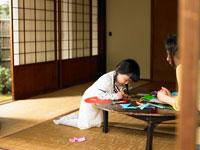 短冊に願い事を書く女の子とお母さん 24013000132| 写真素材・ストックフォト・画像・イラスト素材|アマナイメージズ