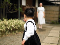 入学式の日を迎えた女の子とそのお母さん
