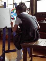 美術の授業で絵を描いている小学生 24013000362| 写真素材・ストックフォト・画像・イラスト素材|アマナイメージズ