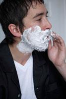 シェービングフォームを顔につける男性 24014000033| 写真素材・ストックフォト・画像・イラスト素材|アマナイメージズ
