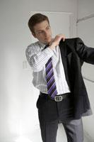 スーツの背広を這おう男性
