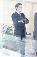 会議室で立ち話をするビジネスマン